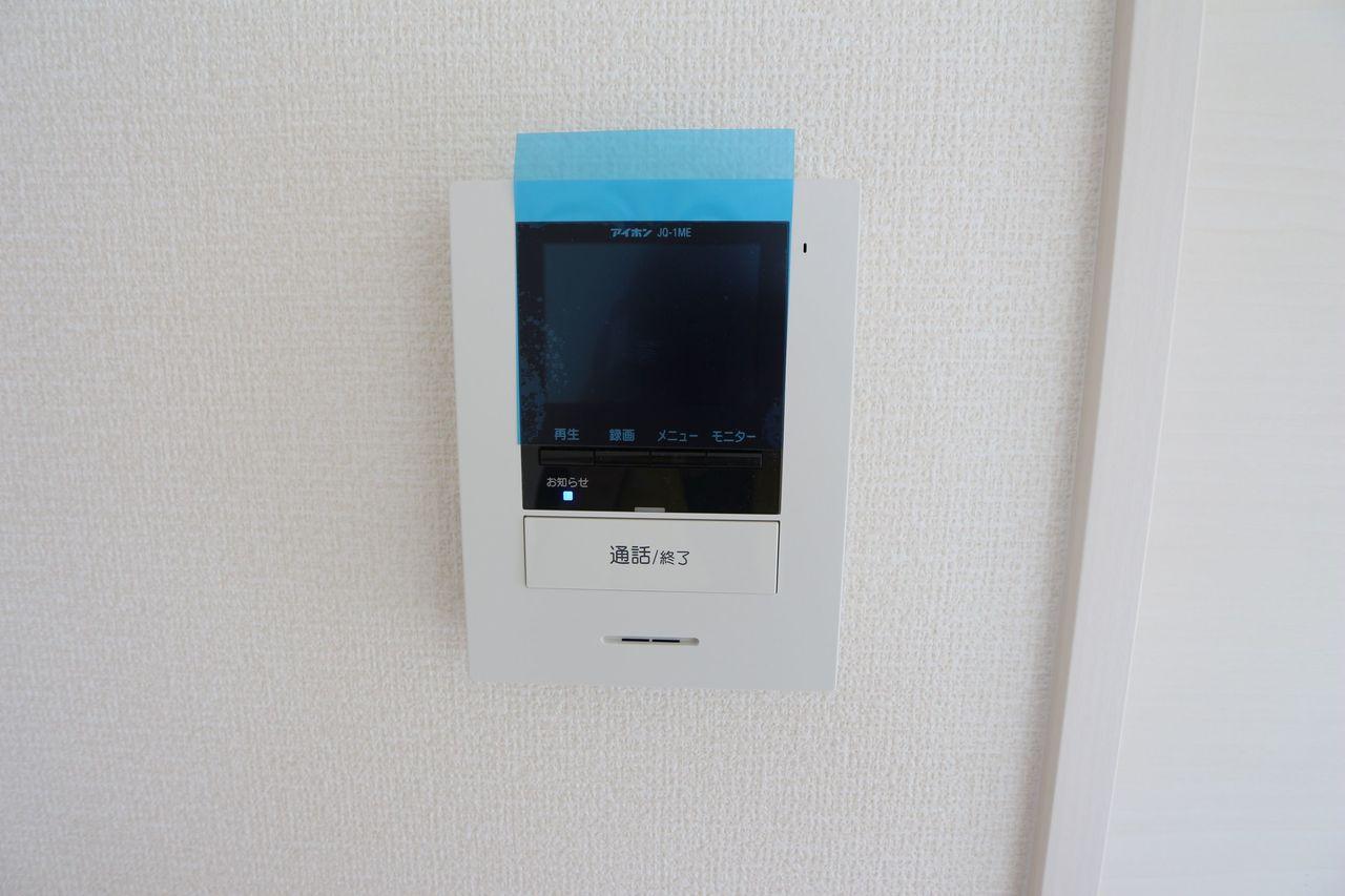 モニター付きインターホンを設置。 来訪者の顔を見ながら対応できるので、お子様の留守番時でも安心です (同社施工例)