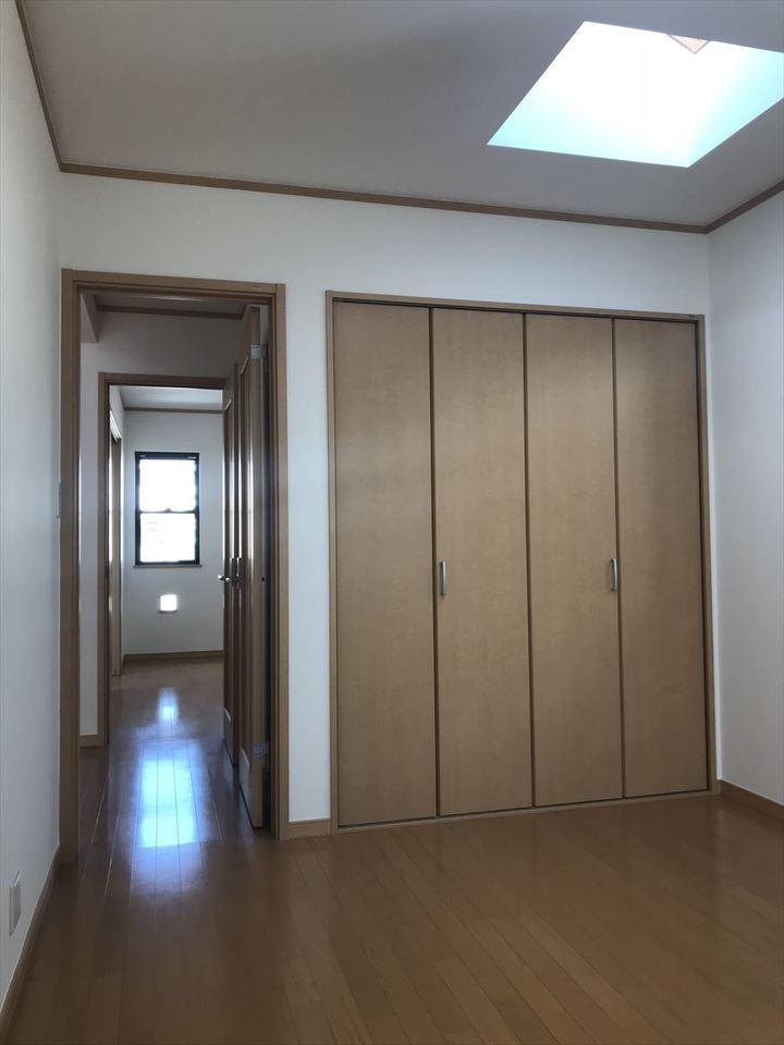 2階南側6帖の洋室。大きなクローゼットで収納力抜群!主寝室にいかがでしょうか(^^)