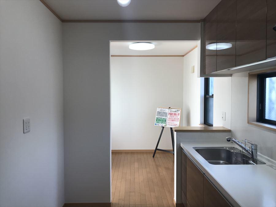 廊下からもリビングからも繋がるキッチンが使い勝手も◎買い物してきた荷物は廊下から、できあがったお料理はそのままリビングへ運べちゃいます♪