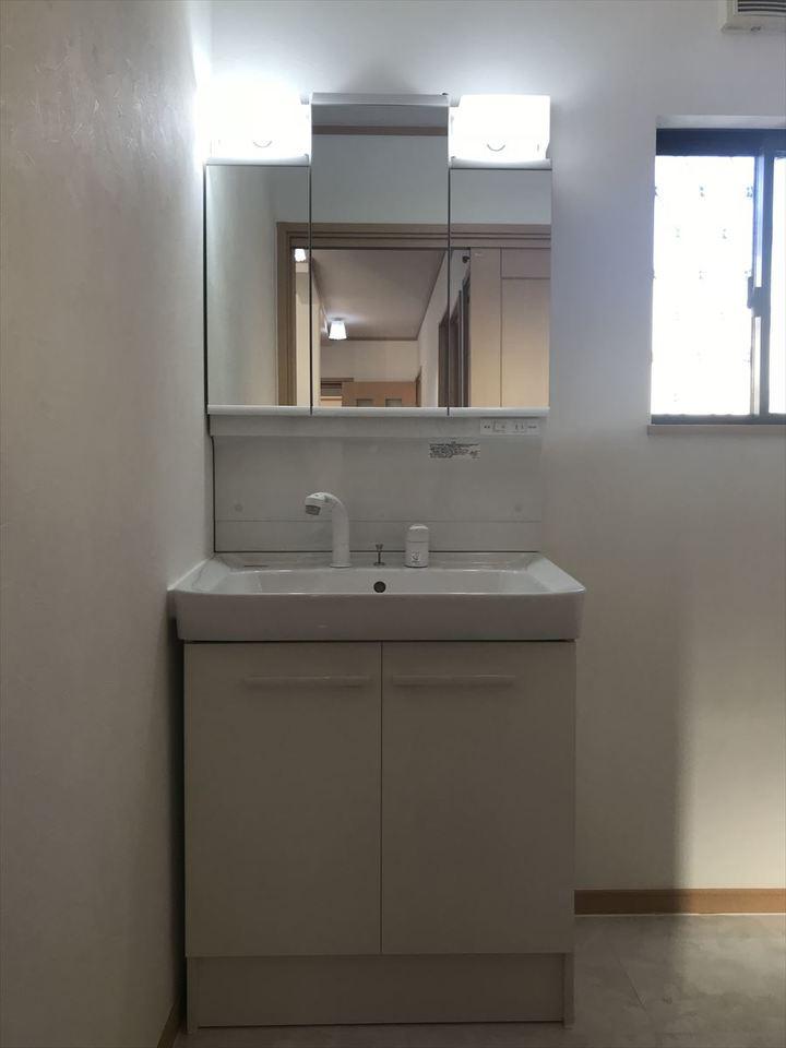 洗面台は三面鏡で大きな鏡になっています◎収納スペースも十分ございますのでスッキリとお使いいただけますね♪