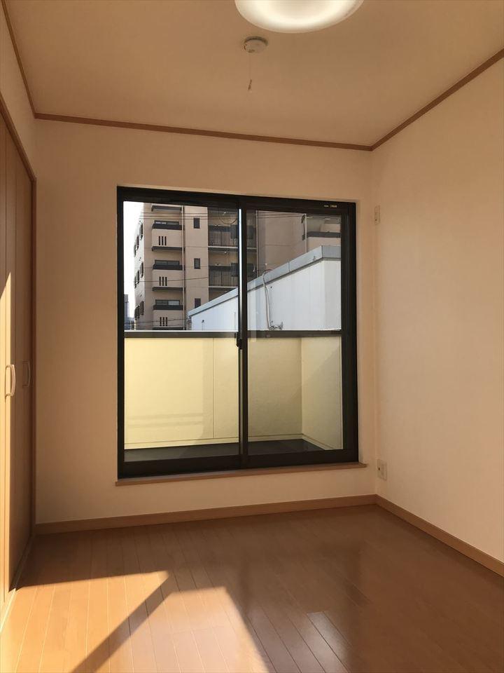 2階南4.3帖の洋室。バルコニーにつながっており日当たり良好です◎2面採光で明るいお部屋に♪