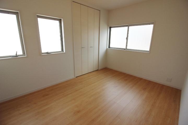 ナチュラルな色合いの床はどんな家具も合わせやすいです。
