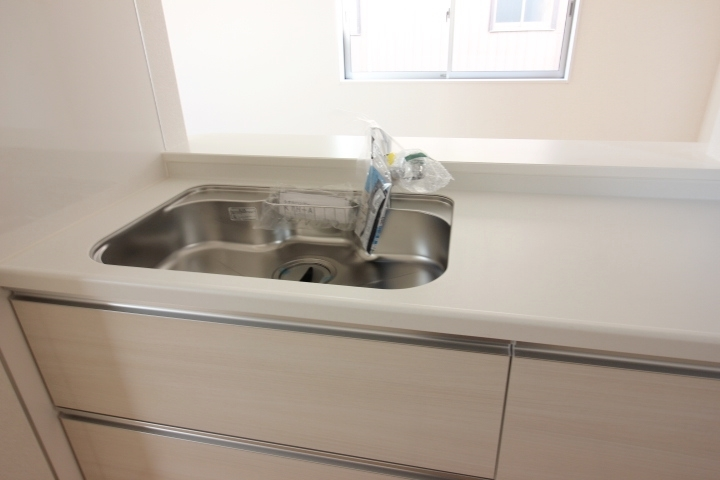 ジャンボシンクは、静音仕様 大きめのお鍋も洗いやすい形状です。 浄水器付きのシャワー混合水栓採用。