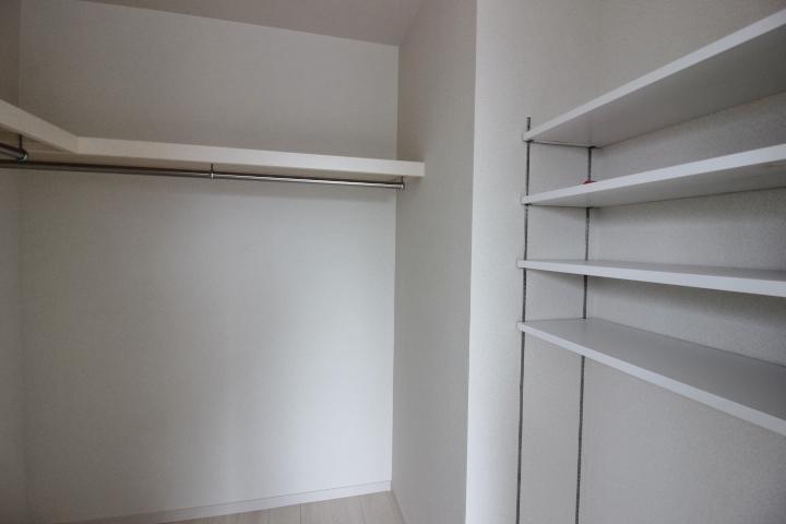 棚付きのウォークインクローゼットは大容量収納。可動式の棚がポイント。