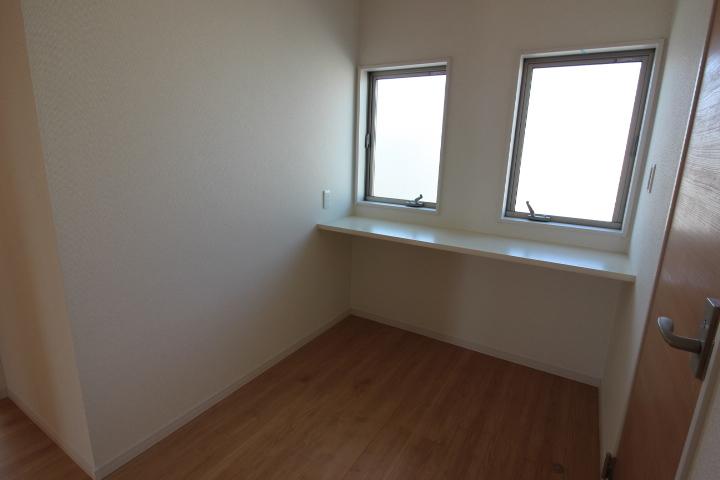 2階ホールに設けられたカウンタースペース。お子様の宿題スペースや、PCスペースにも。