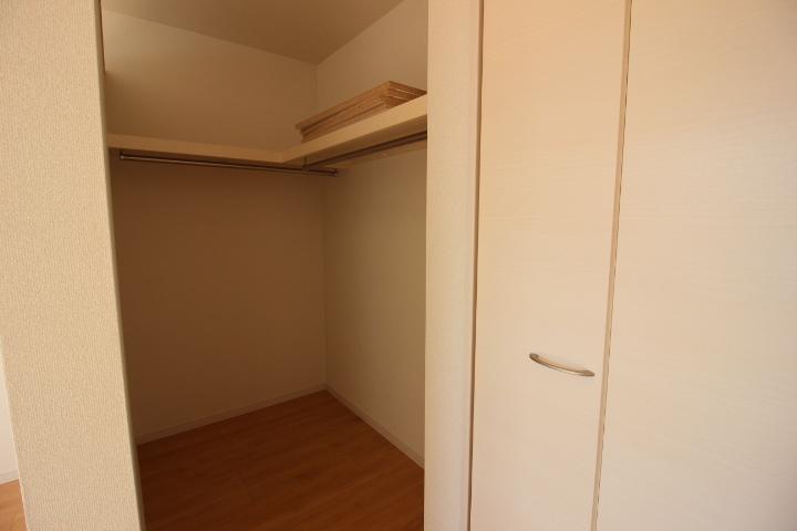 ウォークインクローゼットの横には扉付きのクローゼットもありお部屋がスッキリ片付きます。
