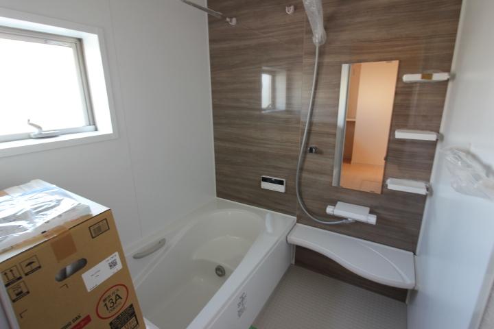 浴槽は節水効果のあるエコベンチ浴槽を採用。半身浴や親子での入浴が楽しめます。