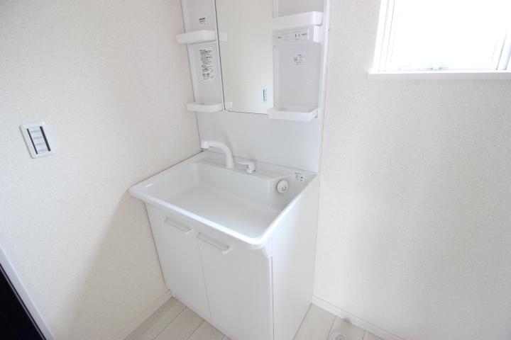 洗面化粧台です 三面鏡の裏側も収納です 鏡の部分は曇り止め加工が施されています 大変機能的な洗面化粧台です