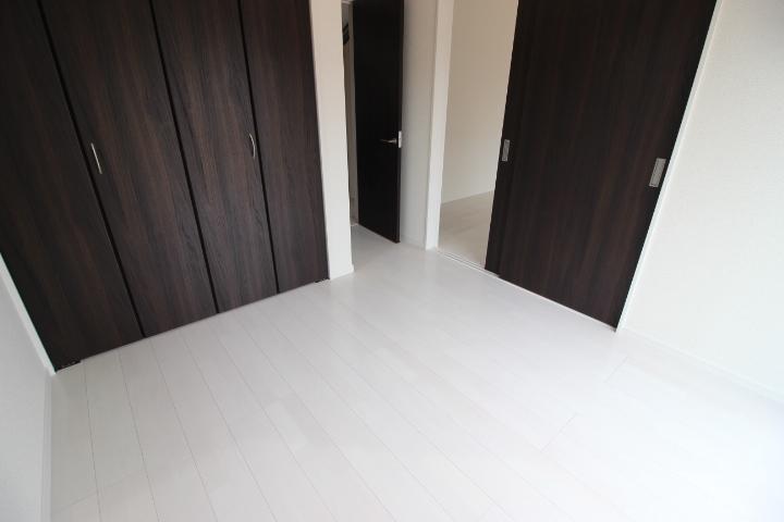 リビングに隣接する5畳の洋室 家事スペースとして、キッズスペースとして、客間スペースとして、マルチに使える空間です