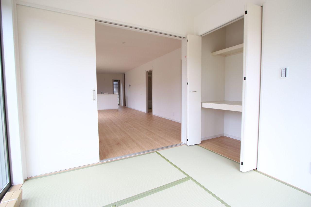 リビングに続く和室は大変開放的です。 押入れはクローゼットタイプを採用。 ふすまの貼替の手間も無く、お手入れ楽々です