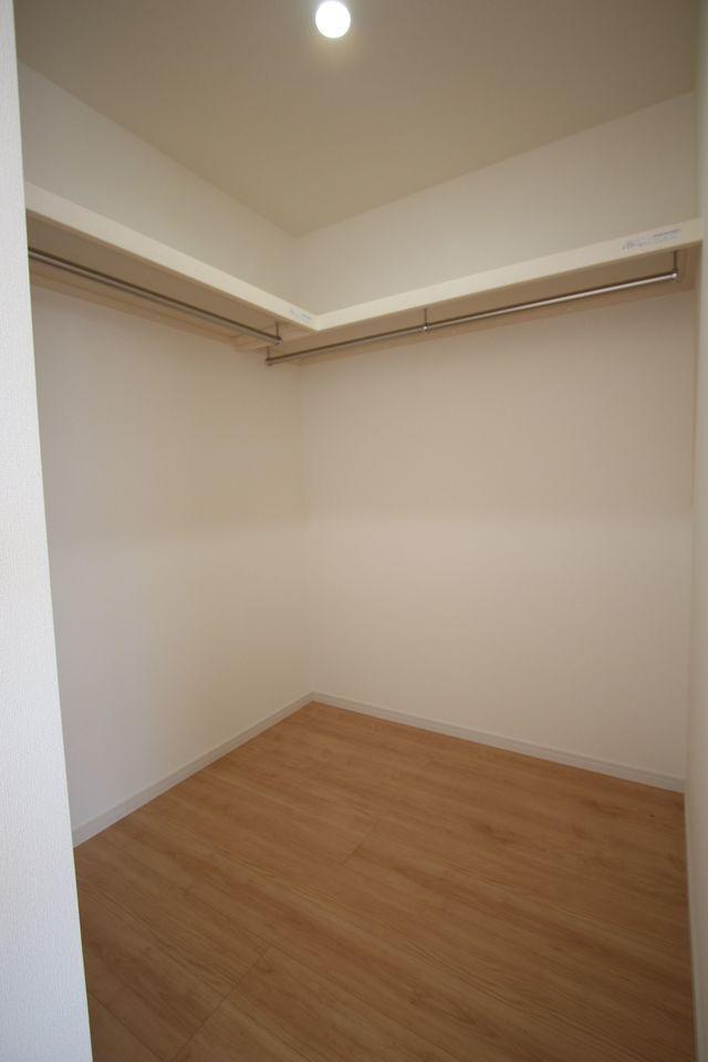 キッチン横に約2帖大のパントリーを設置しました。 食品のストック等に大変役立ちます。 (同社施工例)