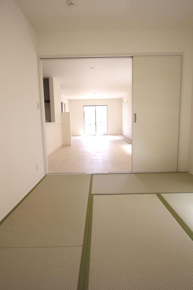 和室と合わせて28帖の大きな空間! お客様が大勢いらしても、ゆったりおくつろぎ頂けます。 ホームパーティーなど企画されてはいかがでしょうか? (同社施工例)