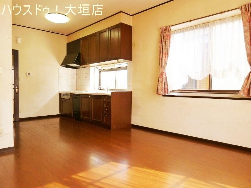 収納豊富なキッチン。隠して収納でリビングダイニングもスッキリとした印象に。