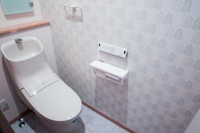 トイレ(アクラセラミック)は汚物汚れがツルッと落ち水垢もこびりつかないツルツル感が100年も続きます。