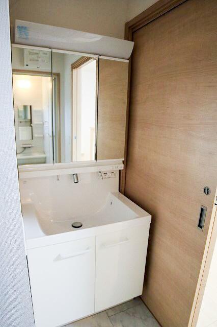 16Lの大容量洗面ボウルとお掃除楽々のキレイアップカウンター採用