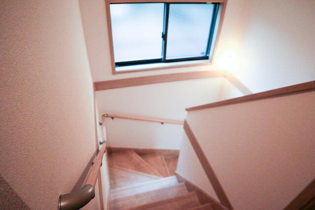 お子様や高齢の方にも安心して上り下りができる手摺りがついた階段は標準仕様となっております。