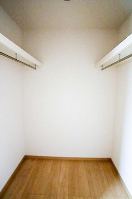 主寝室の奥には、衣替えが不要な位の大容量のウォークインクローゼットを配備しております。