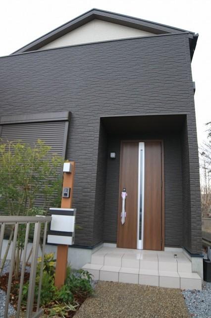 玄関ドアはピッキング等の「施錠開け」対策になるようシリンダーがカバーに隠れています。