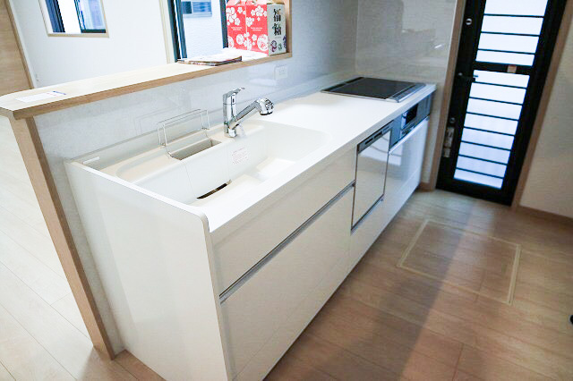 頑固な汚れもサッと取れるホーロー整流板を標準装備したレンジフードで、お掃除が簡単になります。