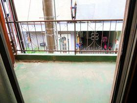 洗濯物を干すためのハンガーラックを置いても歩ける広さのあるベランダです