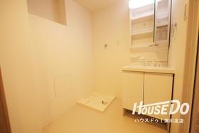 白を基調とした清潔感ある洗面台 鏡裏の収納スペースも便利にお使い頂けます♪