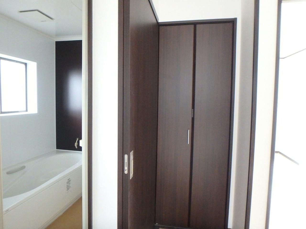 トイレも新しくリフォーム済です。 白を基調とした清潔感のある仕上がりになっていますね。