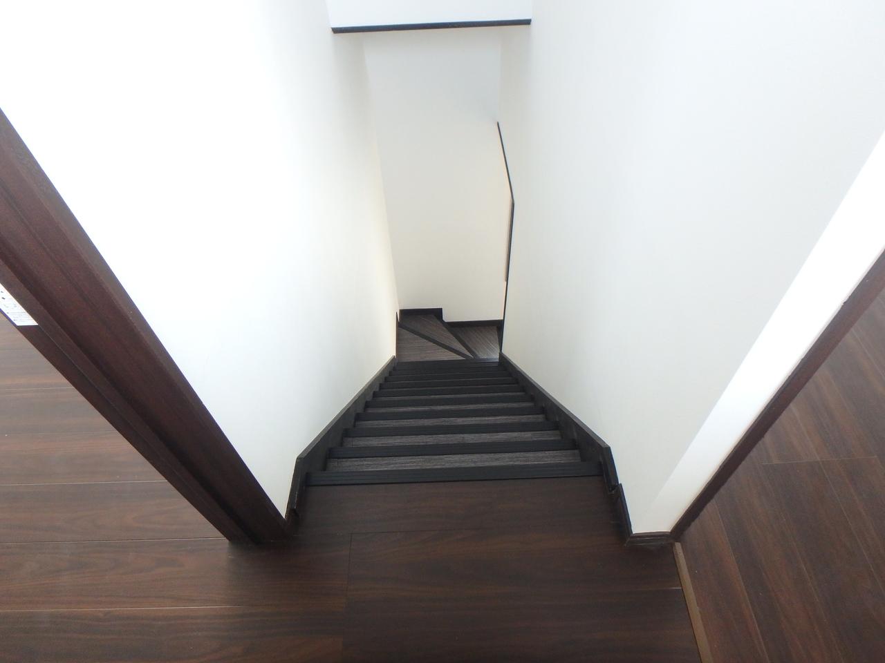 階段正面に大きな窓が配置されています。 換気もできて便利ですし、採光面も良好ですね!