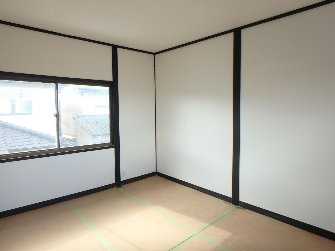 2階洋室も白を基調とした明るい雰囲気にリフォームされています。 2面採光なので、採光・風通しも良好です!