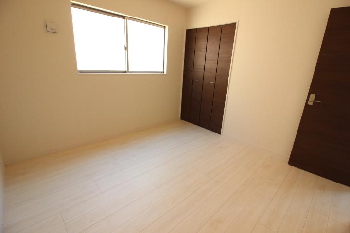 ダークブラウンの建具がオシャレな2階洋室。 全居室収納あり。