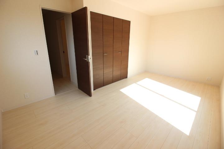 8.75帖の洋室は、大きなベッドを置いても余裕の広さ。 夫婦の寝室にオススメです。