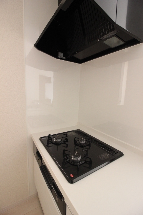 3口ガスコンロ。システムキッチン。 グリルつきです。 充実の設備でお料理の時間が楽しみになりますね。