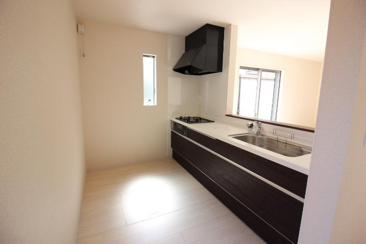 キッチン 耐久性があり、お手入れのしやすい 人造大理石カウンター 床下収納も完備