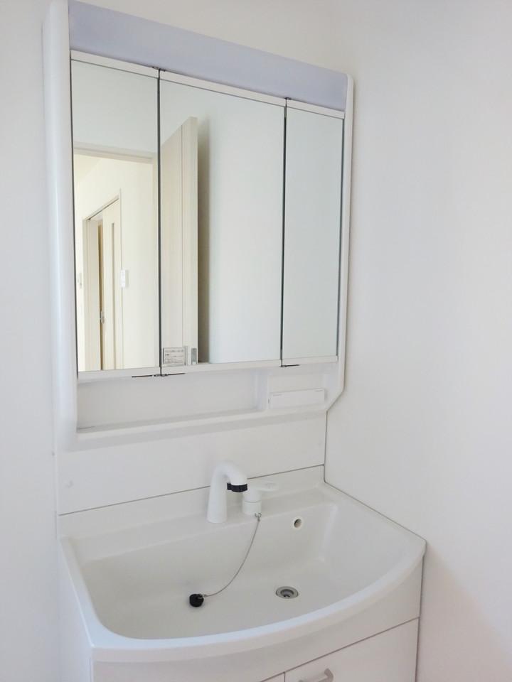 三面鏡になる洗面台は見えにくい後ろの髪の毛のセットにも役立ちます◎収納スペースも十分ございますので、すっきりとお使いいただけます♪