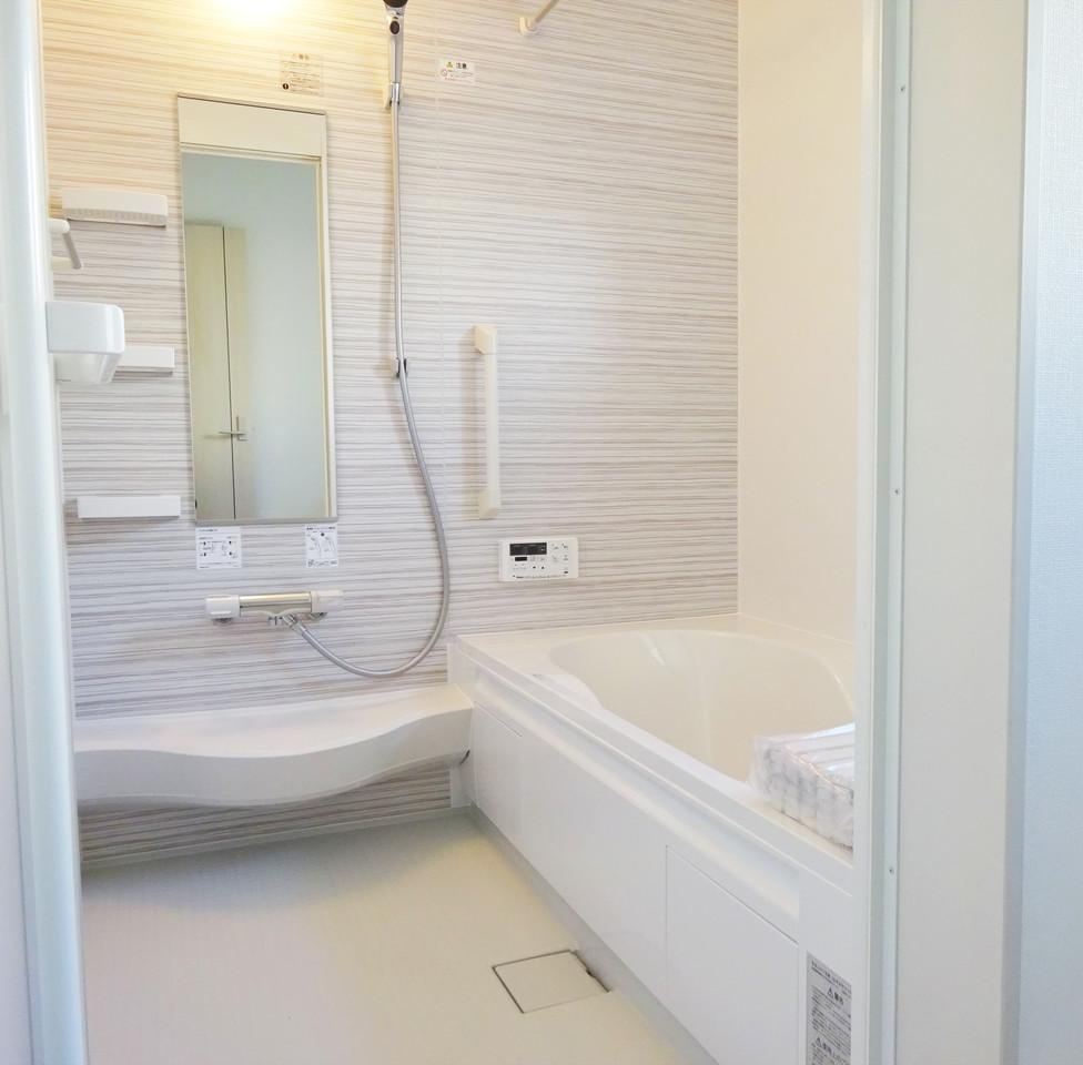 ☆広々ゆったりリラックスできるお風呂☆疲れた日には、バスソルトやバスボムなどを入れて読書でもしながら半身浴を楽しみたいですね♪お掃除も楽な清潔感のある浴室です。