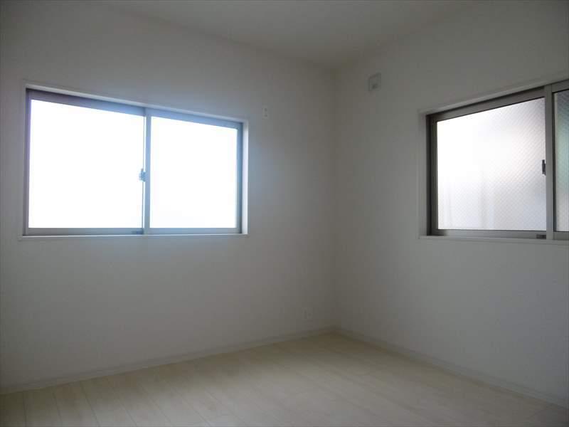 北東4.5帖居室は2面採光で光を取り込みます。収納スペースもありますのですっきりとお部屋をお使いいただけます◎