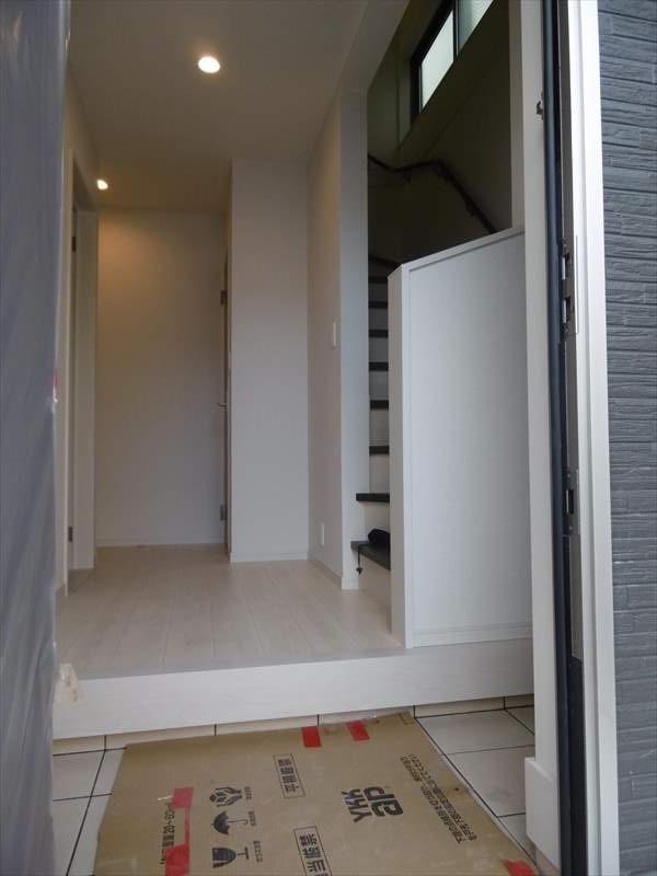 白を基調としたフローリングやクロスで明るさ広がる玄関です。