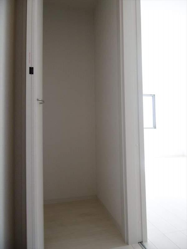 1階廊下に収納があります。洗面所の横にあるので、水周りで使用するものもストックもできます!