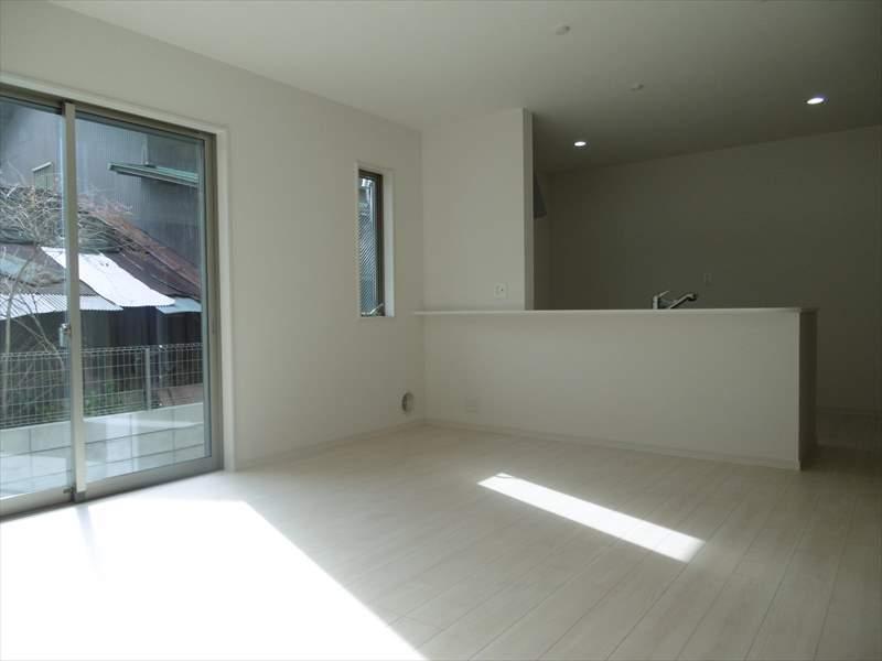 南面の大きな窓から陽の入る約15帖のLDKです!白の壁と床がお部屋を更に広く見せてくれます♪