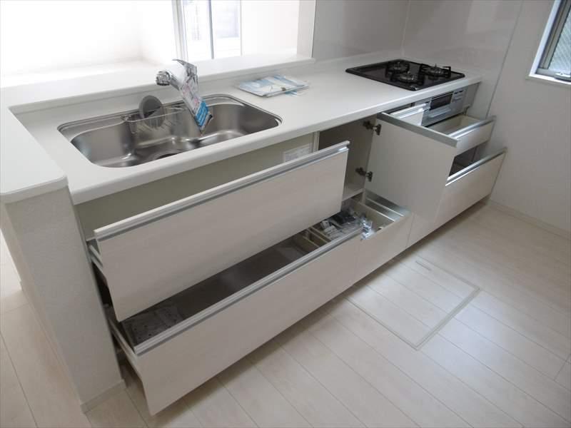 システムキッチンは豊富な収納力!調理スペースも十分確保されておりますので広々とお使いいただけます◎