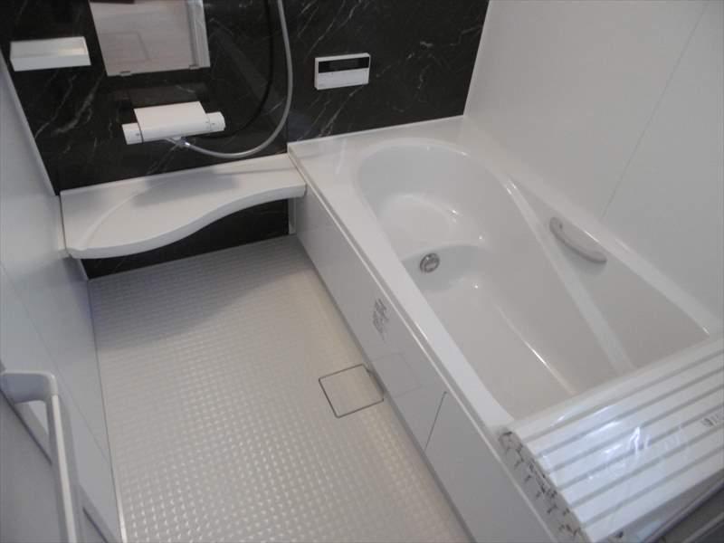 浴室には小窓がついていますので、換気ができて湿気を逃がします!シンプルなデザインでゆったりとバスタイムを楽しめます♪