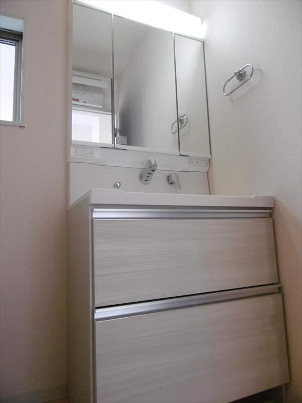 ワイドな洗面台で、朝の慌しい時間帯もスムーズに支度ができます!三面鏡で使い勝手も◎