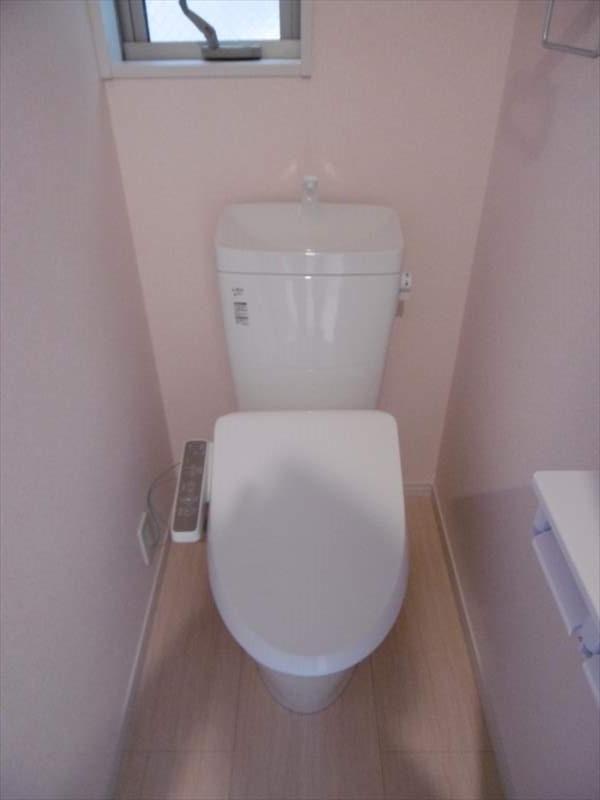 トイレには小窓付!落ち着ける個室になっています(^^)