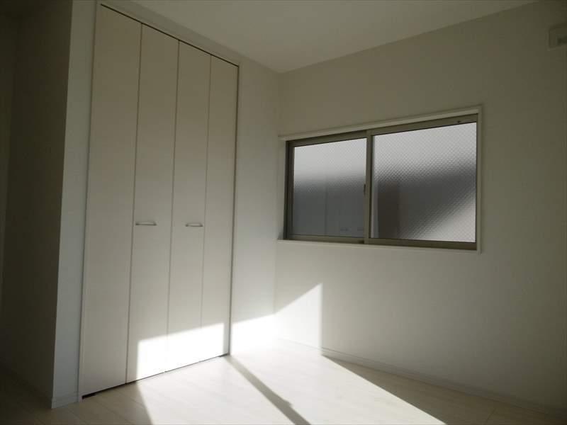 南東6帖居室には収納が完備されています。明るいお部屋なのでお子さま部屋にもいいですね◆