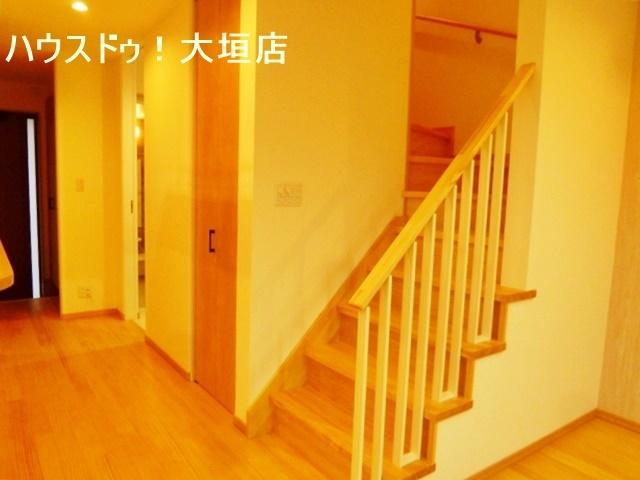 階段横に、収納スペースがあるので、生活必需品などの収納に便利です。