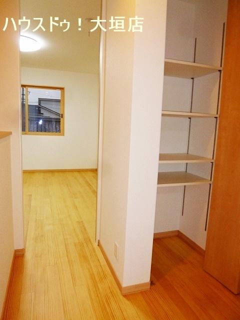 2階階段へ上がってすぐのところにも、収納スペースがあります。