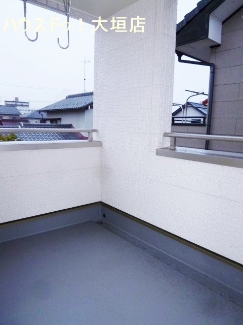 南西、屋根付きのベランダは、急な雨でも安心です。