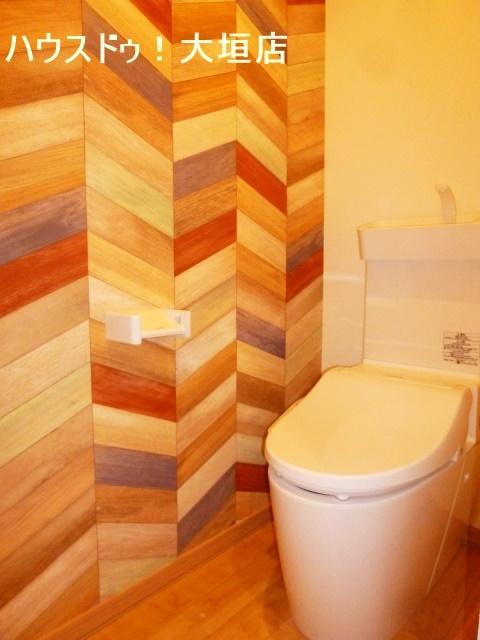 温水洗浄便座付きのトイレ。壁のデザインがオシャレですね。