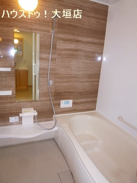 浴室には窓がついています。 湿気が溜まりやすい浴室の換気もバッチリですね!
