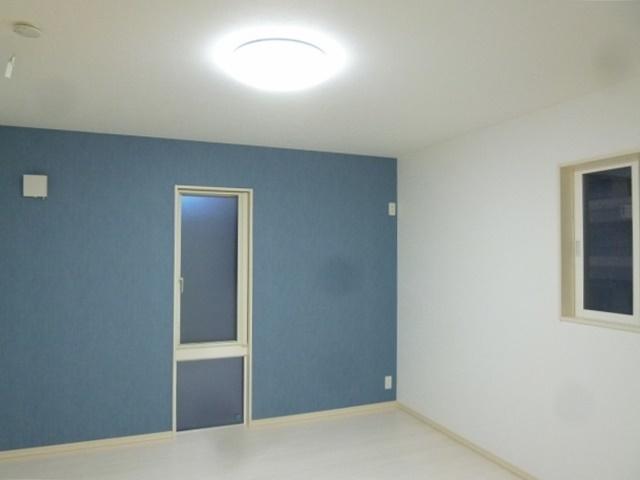壁がポイントの洋室。