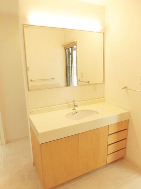 大きな鏡の洗面台です。朝の身だしなみチェックも念入りにできますよ。